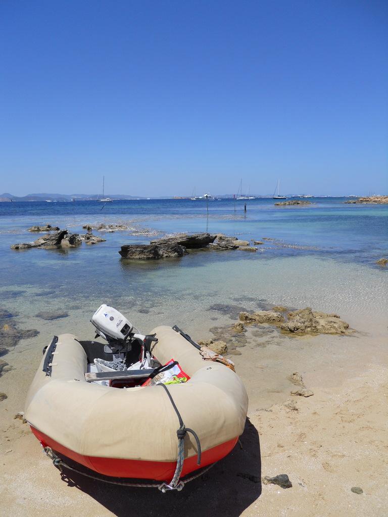 Bajamos a una peque�a playa en Formentera. El acceso a tierra con nuestra neum�tica nos permite disfrutar de estos peque�os rincones.