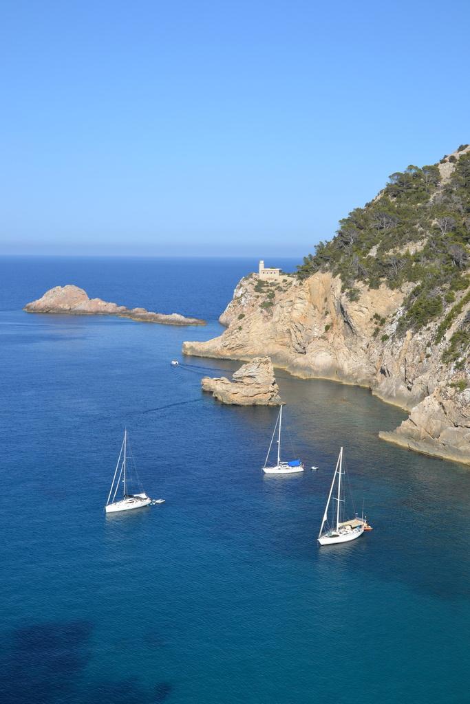 El Tam-Tam anclado frente a una zona de costa salvaje y sin edificar, en el norte de Ibiza. Todavía se pueden encontrar zonas así en Baleares.