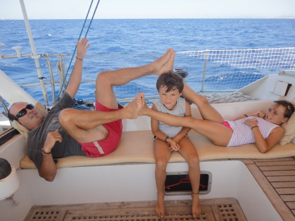 Relax en familia durante las vacaciones en velero, navegando en aguas de Ibiza.