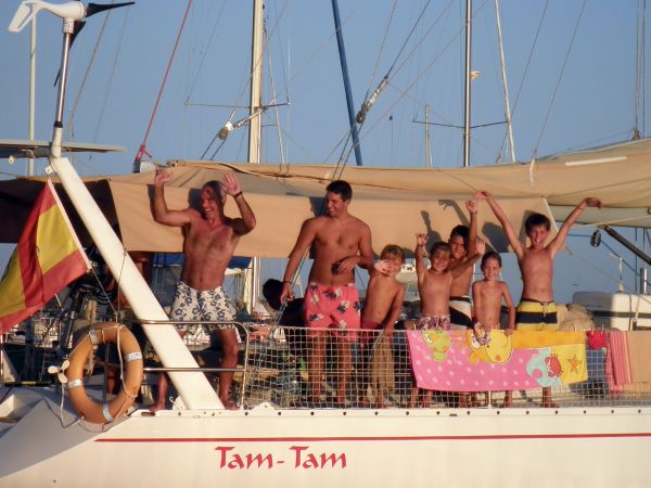 Otra familia al completo disfrutando de sus vacaciones a bordo del TamTam, en un fondeadero de Formentera.