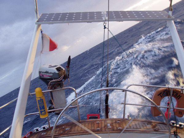 Una ola mas grande que las demas produce una fuerte escorada al entrar por la aleta navegando empopados con piloto automático. Soplan mas de 35 nudos durante esta navegación hacia Canarias, y completaremos la travesía en poco mas de 4 días, desde Barbate.