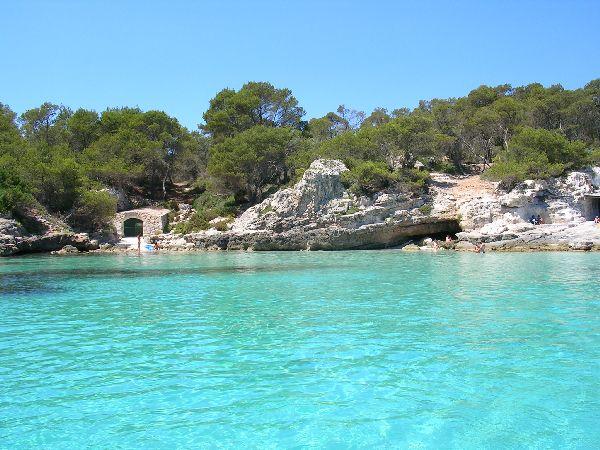 Fondeados en una cala de Menorca. El barco es el mejor acceso a calas como ésta, casi inaccesibles desde tierra. Sólo queda disfrutar de sus aguas turquesas.
