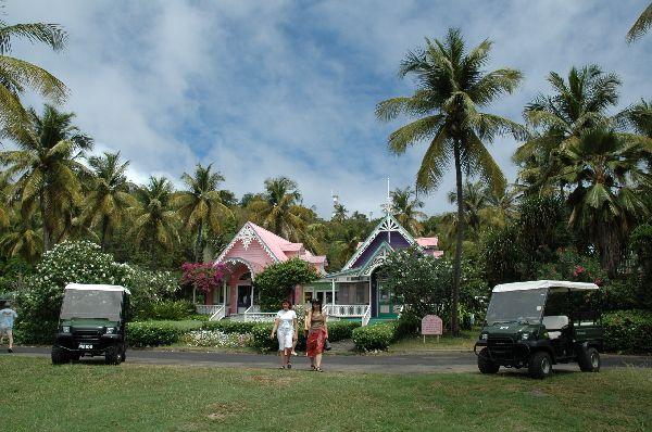 Este decorado es la realidad en Moustique, isla privada refugio de celebridades de todo el mundo que disfrutan aqui de un paraíso a salvo de la persecución de los medios.