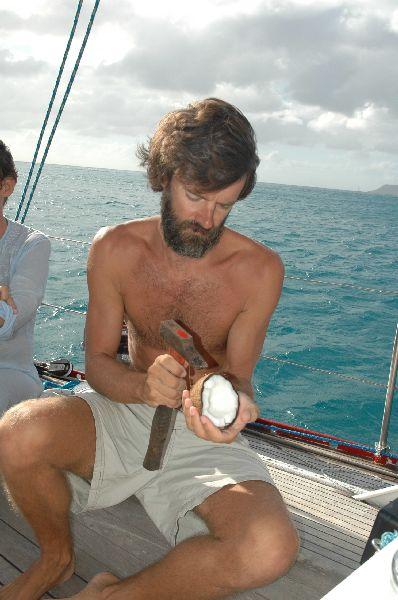 Repartiendo un coco recién cogido en los cocoteros de la playa, durante un crucero por el Caribe.