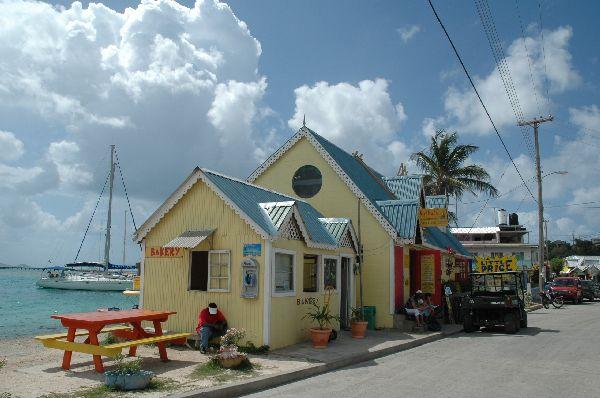 Ejemplo de la arquitectura típica de estas islas, construcciones sencillas pero llenas de colorido que son el fiel reflejo de luminosidad de este paraíso tropical. Isla de Union, Grenadinas.