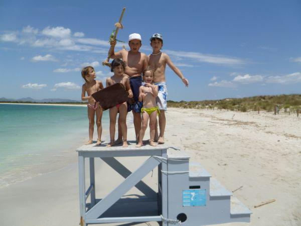 Los peques de la familia descubriendo las playas de baleares durante sus vacaciones.