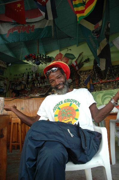Otro aspecto de la cultura y la estética locales: a pesar de que paradójicamente su posesión está castigada con dureza en muchas de estas pequeñas repúblicas, aquí la marihuana está presente en la vida diaria con la mayor naturalidad.
