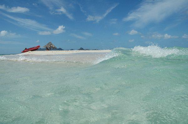 Posiblemente, una de las islas mas pequeñas del mundo: un círculo de arena de unos 80 m , una sombrilla de palma, y la luz del Caribe. Y seguro, una de las mas bonitas. Mopion, Grenadinas.