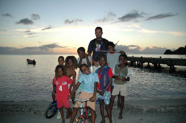 Anochecer en Sta Lucia, rodeados de los niños locales para los que cualquier ocasión es buena para charlar con los visitantes. Algunos se apuntan ya desde estas edades a la estética rastafari.