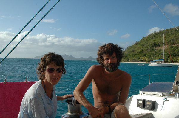Ana y Antonio en Petit St Vincent, fondeados durante un charter en el Caribe.