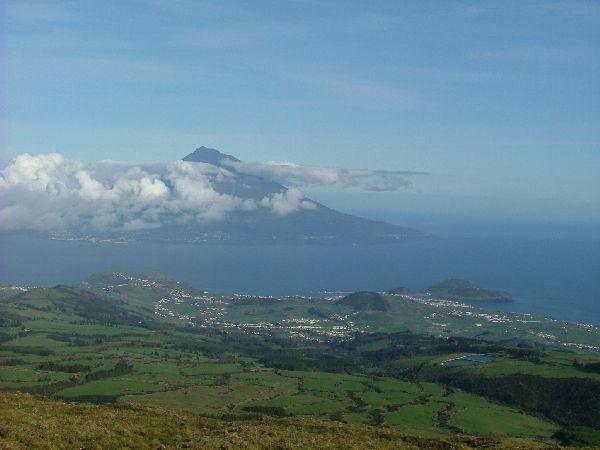 Vista de las maravillosas islas de Pico (al fondo) y Faial (en primer plano), en Azores. Faial es la escala mítica de todos los navegantes que cruzan hacia Europa. Aquí está además el bar mas famoso del atlantico: El Cafe Sport, mas conocido como 'el bar de Peter'.