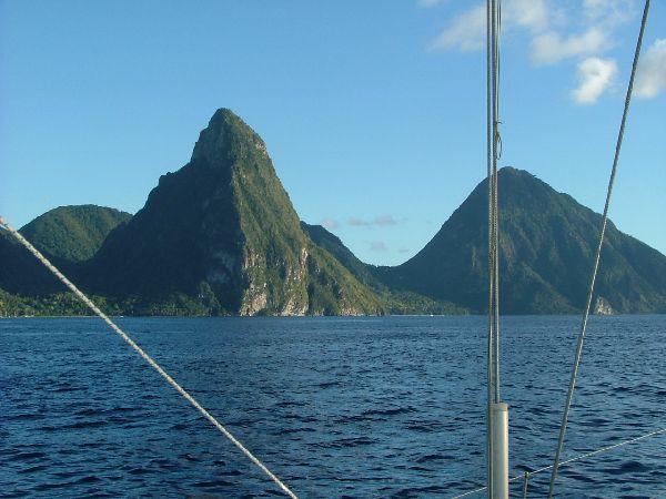 Estos montes de perfil tan recortado, escenario ya de varias peliculas, se encuentran en la isla de Sta Lucia. A pesar del fuerte desnivel y de los mas de 700 m de altura, se puede llegar a la cumbre, como podreis ver en otra de las imagenes...