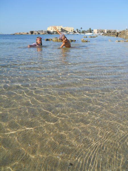 Hasta los mas peques de la familia encuentran una playa a su medida en las costas de Ibiza y Formentera.