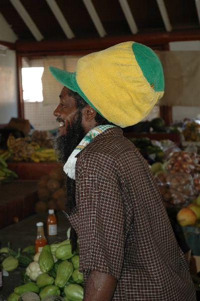 Otra muestra de la cultura rasta: Este tipo de gorros son habituales entre los rastafaris, pues a menudo suponen la única manera de manejar su larguísimo pelo en forma de rastas.Y aun así, apenas cabe dentro...