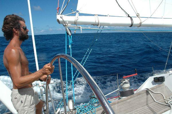 A la rueda, al comienzo de la travesia atlantica que nos llevará desde el Caribe hasta Baleares.