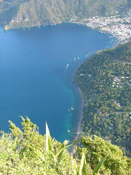 Vista desde lo alto de los Pitons en Sta Lucia: 740 m. a pico sobre el mar... ¿quién se anima a la excursión?