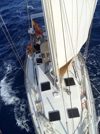 - Vista aérea de la cubierta de nuestro velero Tam-Tam