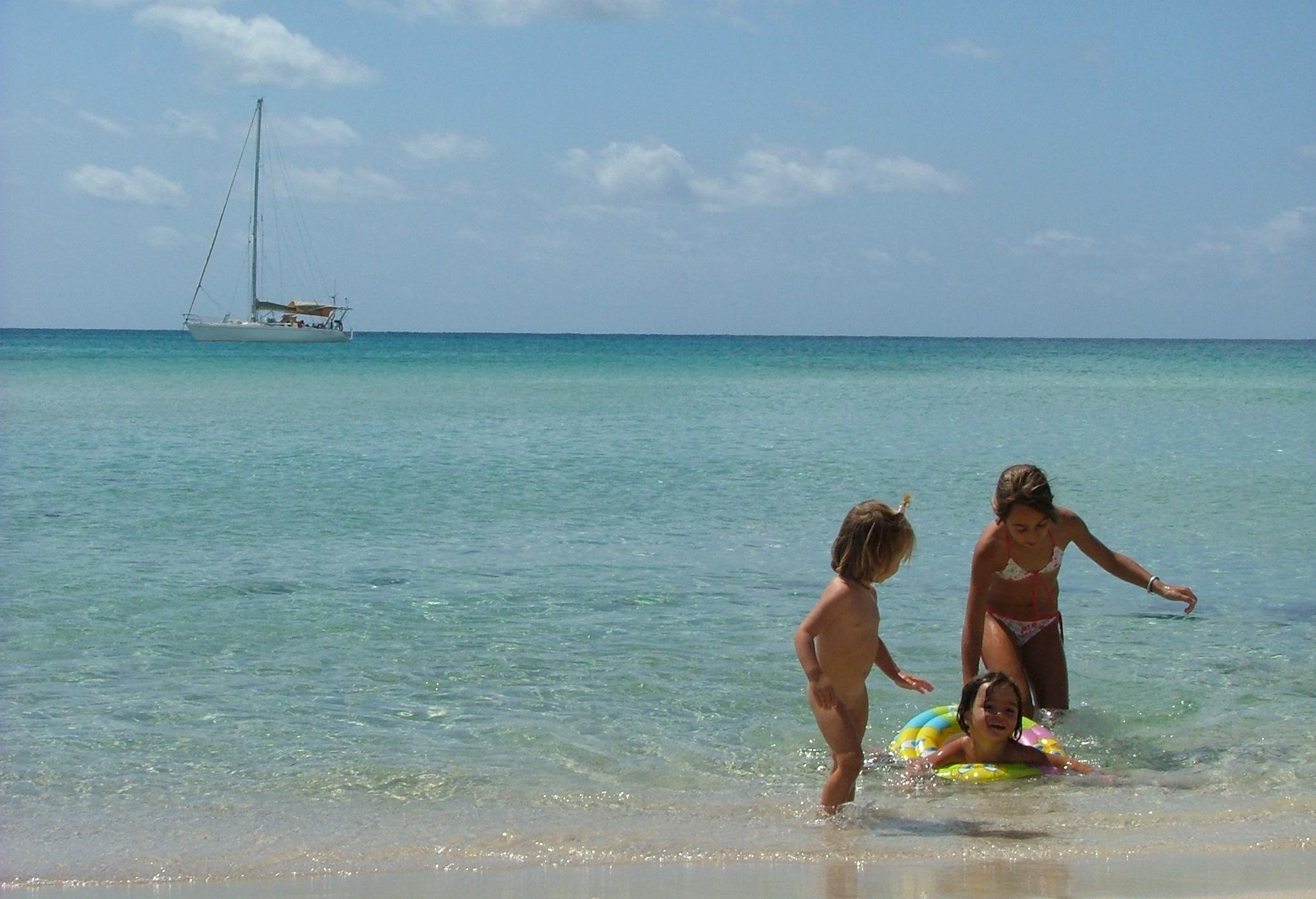 - Niños jugando en la playa -