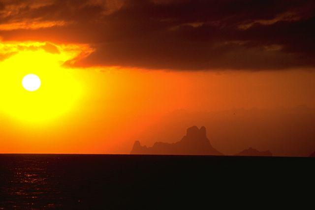 El atardecer en Ibiza es un auténtico espectáculo. Lo contemplamos fondeados frente a las playas de Formentera.