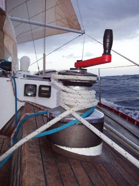 Uno de los sobredimensionados winches de genova, (Lewmar 65) en plena navegación atlántica, atangonado con vientos portantes.