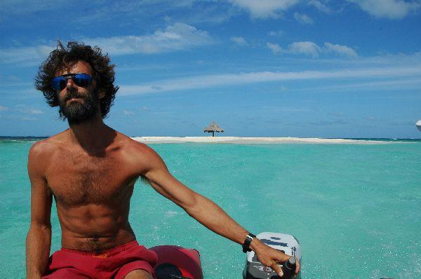 Antonio en el bote auxiliar, despues de visitar una diminuta isla de arena en el Caribe.